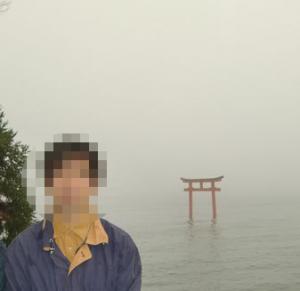 霞のかかった芦ノ湖に鳥居が見える九頭龍神社