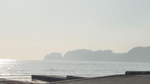材木座海岸に光のなみ